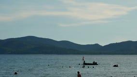 Запачканные люди играя морскую воду со счастьем сток-видео