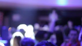Запачканные люди на танцплощадке, скачущ, танцевать, наслаждаясь музыкой видеоматериал