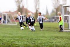 Запачканные мальчики футбола стоковые изображения rf
