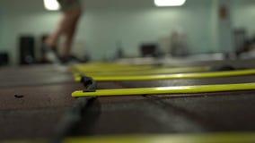 Запачканные ноги молодого сильного мужского спортсмена делают динамические скачки сток-видео