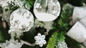 Запачканные орнаменты рождества на рождественской елке сток-видео