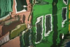 Запачканные отражения домов, Burano, Италии стоковая фотография rf