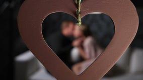 Запачканные пары на софе в влюбленности на день валентинок сток-видео
