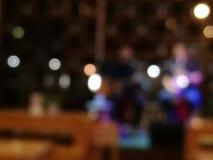 Запачканные певица и музыкант в предпосылке ресторана стоковая фотография rf