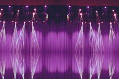 Запачканные света на этапе с фиолетовыми занавесами стоковая фотография rf