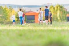 Запачканные футболисты маленьких ребеят бежать в парке стоковые фотографии rf