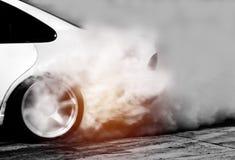 Запачканный автомобиля смещения, колесо автомобиля перемещаясь и куря стоковые изображения rf