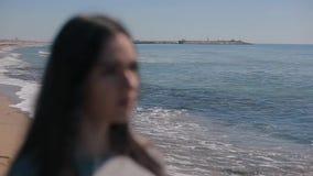 Запачканный близкий взгляд девушки на seashore Женщина кладя на солнечные очки и получая чисто зрение сток-видео