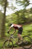 Запачканный велосипедист на следе сельской местности Стоковое фото RF