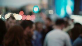 Запачканный взгляд много людей танцуя латынь или сальса на под открытым небом фестивале Люди и женщины имея потеху совместно сток-видео
