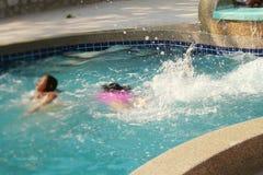 Запачканный детей играя в бассейне Стоковая Фотография