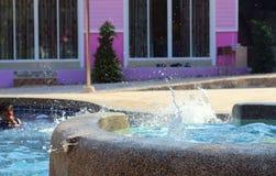Запачканный детей играя в бассейне Стоковая Фотография RF