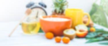 Запачканный завтрак утра предпосылки, чашка кофе, muesli, плодоовощ, мед на свете будя с будильником знамена Стоковое фото RF