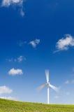 запачканный зеленый ветер турбины силы движения Стоковая Фотография RF