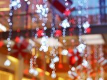 Запачканный интерьер с bokeh: торговый центр festively осветил и украсил с сияющими гирляндами на праздники, рождество a стоковая фотография rf