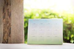 Запачканный календарь на зеленом цвете стоковые изображения rf