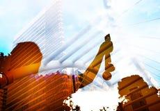 Запачканный коммерсантки силуэта вручает поднятый и держащ gol Стоковая Фотография RF