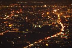 Запачканный красивый ландшафт предпосылки ночи, дороги и света города стоковое изображение rf