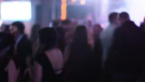 Запачканный отснятый видеоматериал толпить залы на ночном клубе с молодые люди танцев вокруг студентов вися вне на их ноче выпуск сток-видео