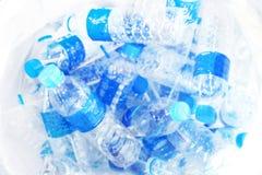Запачканный отход пластиковой бутылки питьевой воды в ящике для предпосылки, отход отброса пластмассы кучи много во взгляде сверх стоковые изображения
