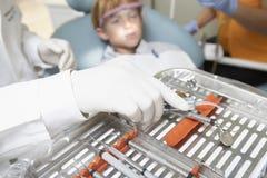 Запачканный пациент с зубоврачебным оборудованием в переднем плане Стоковые Фотографии RF