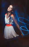 Запачканный портрет искусства цвета девушки на темной предпосылке Фасонируйте женщину с красивым составом и светлым платьем лета  Стоковое Изображение