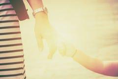 Запачканный родителя держит руку идти младенца Стоковые Фотографии RF