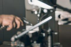 Запачканный сверлить работника Сверлить металла заклепка орудийного металла аппликатора заклепывает мастерскую стоковое изображение rf