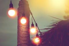 Запачканный свет с желтыми светами строки в пляжном ресторане стоковые фото