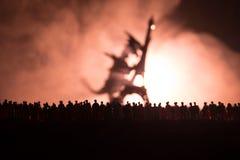 Запачканный силуэт гигантского изверга подготавливает толпу нападения во время ночи Селективный фокус украшение Стоковое Изображение RF