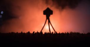 Запачканный силуэт гигантского изверга подготавливает толпу нападения во время ночи Селективный фокус украшение Стоковое Изображение