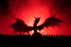 Запачканный силуэт гигантского изверга подготавливает толпу нападения во время ночи Селективный фокус украшение Стоковые Изображения RF