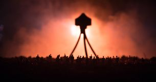 Запачканный силуэт гигантского изверга подготавливает толпу нападения во время ночи Селективный фокус украшение стоковые фото