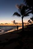 Запачканный силуэт девушки на океане на зоре Стоковое фото RF