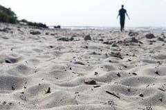 Запачканный силуэт человека идя на пляж Стоковое Изображение