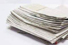 Запачканный - стог газеты на белой таблице стоковая фотография rf