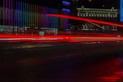 Запачканный след фары в движении на дороге на ноче и красивом свете автомобиля, селективном фокусе Стоковые Фото