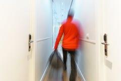 Запачканный туристский приезжать к гостинице вдоль коридора, долгая выдержка Стоковые Фотографии RF