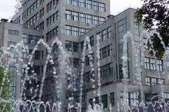Запачканный фонтан двигателя перед многоэтажным зданием Стоковое Фото