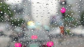 Запачканный, час пик с дождевыми каплями - автомобилями вставленными в заторе движения в Бангкоке видеоматериал