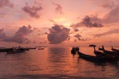 Запачканный шлюпки longtail силуэта традиционной на море на su Стоковые Изображения RF