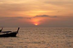 Запачканный шлюпки longtail силуэта традиционной на море на su Стоковое Изображение RF