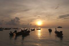 Запачканный шлюпки longtail силуэта традиционной на море на su Стоковое Изображение