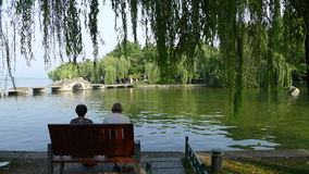 Западное озеро с каменным мостом Стоковое Изображение RF