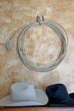 Западные веревочка и шляпы Стоковая Фотография