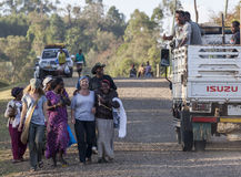 Западные туристы окруженные местными людьми Dorze Деревня Hayzo стоковое фото