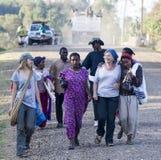 Западные туристы окруженные местными людьми Dorze Деревня Hayzo стоковые фотографии rf