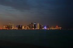 Западный горизонт Дохи залива на сумраке Стоковые Изображения RF