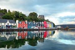 Западный остров Шотландии городка Mull красочного Tobermory - ca стоковое изображение rf