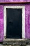 Запертая дверь на фиолетовой стене Стоковая Фотография RF